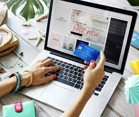 من الملابس إلى الأجهزة وحتى البقالة ، يمكن شراء أي شيء تقريبًا عبر الإنترنت - والكثير منا يفعل ذلك. في الواقع ، أبلغ 95٪ من الأمريكيين عن التسوق عبر الإنترنت سنويًا على الأقل
